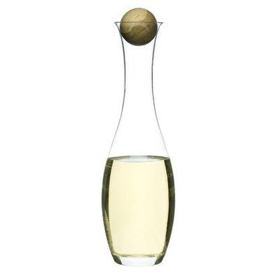 Viini-/vesikarahvi joka on suupuhallettua lasia ja korkki tammea.