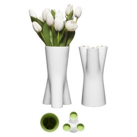 Kätevästi kaksi tuotetta yhdessä. Kukkavaasi tai toisinpäin käännettynä jalusta kolmelle lämpökynttilälle. Kivitavaraa. Toimitetaan lahjapakkauksessa.