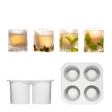 Silikoonista valmistettu jäälasimuotti, jolla voit valmistaa jäiset snapsishottilasit. Laita veden mukaan yrttejä, marjoja, kukkia tai lehtiä saadaksesi lasiin oman ilmeen.