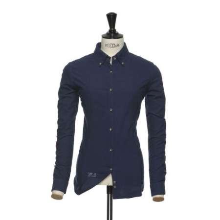 Klassinen paksu oxford kauluspaita syvän indigon sinisessä värissä yhdistettynä ruskeisiin sarvinappeihin. 40/1 X 20/2 rakenne antaa sille oikea määrä lujuutta; me olemme jo pehmentäneet sen sinulle valmiiksi. Mitä enemmän käytät sitä, sitä enemmän persoonallisuutta paita saa.