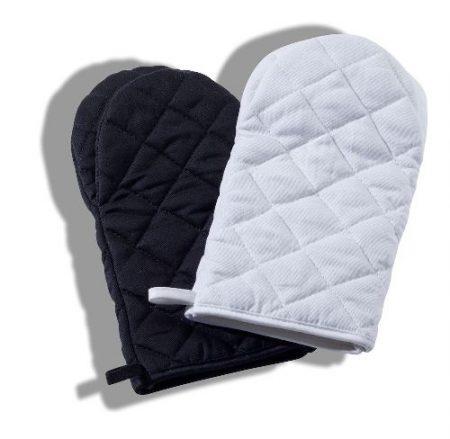 Paksu ruutukuviolla tikattu grillikinnas, joka suojaa kädet kuumuudelta.