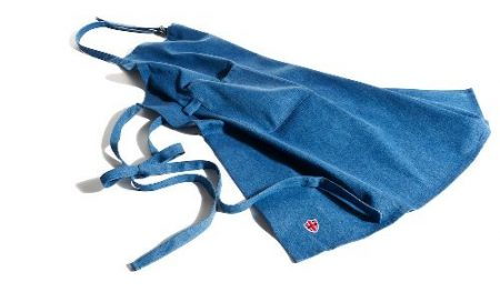 Farkkukankainen esiliina, jossa etutasku ja säädettävä niskahihna. Konepestävä.
