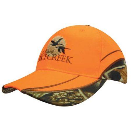 6 paneelinen huomiovärillä ja maastokuviolla varustettu metsästys lippalakki, jossa matala leikkaus ja taivutettu lippa. Valmistettu laadukkaasta polyesteristä, kiinnitys kangashihnaisella tarrasoljella. Poolo hikinauha sisäpuolella. Kontrasti saumavärit ja tuuletusreiän värit valittavissa joko huomio oranssissa tai huomio keltaisessa värissä. Optimaalinen istuvuus kehitetty Austraalian Headwear Professionalsinjohdolla.